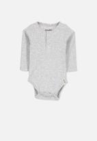 Cotton On - Baby mini henley bubbysuit