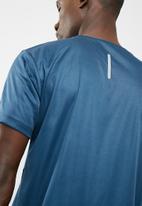 basicthread - Vee neck gym tee