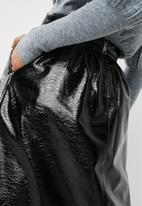 Vero Moda - Nina patent pu skirt