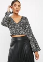 Missguided - Satin v-neck eyelet back long sleeve top