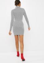 9484bab762ed Printed high neck long sleeve mini dress - white/black Missguided ...