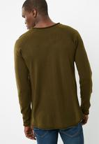 basicthread - Raw edge scoop neck knit