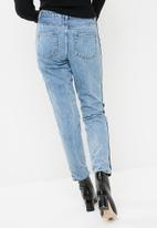 Missguided - Red side stripe boyfriend jeans