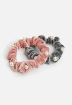 dailyfriday - Danni 2 pack velour scrunchies - grey & pink