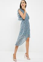 Missguided - Chiffon floral frill sleeve aysymetric midi dress - blue