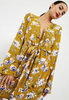 Missguided - Satin print flare sleeve plunge tie front shift dress - yellow