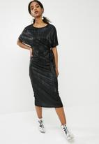 dailyfriday - Drop shoulder plisse' midi dress - black