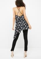 Missguided - Floral strappy asymmetric hem cami
