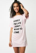 Missguided - Sorry i'm late night tee - pink