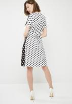 Missguided - Contrast wrap over tie waist mini dress - black & white