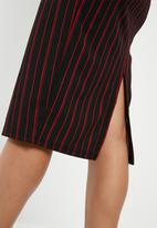 Superbalist - Printed pull on pencil skirt - black & red