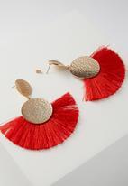 Cotton On - Metal fan tassel earring - red & gold