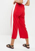 Superbalist - Wide leg pant with side stripe - red
