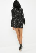 Missguided - Wrap front daisy print playsuit - black