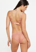 Cotton On - Jojo allover lace high waist brasiliano brief - peach