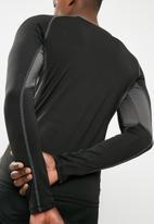 basicthread - Poly stretch panel tee - black