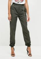Missguided - Chain detail cargo trousers - green