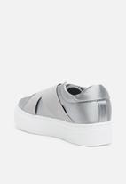 Missguided - Cross strap elastic flatform trainer - grey