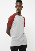 Superbalist - Short sleeve raglan crew neck tee - burgundy & grey