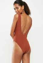 Missguided - Textured lace up fringe front swimsuit - brown
