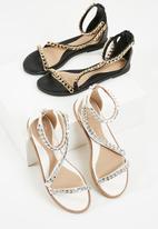 Missguided - Asymmetric chain tbar sandal - white