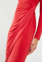 Missguided - Slinky twist front asymmetric split hem midi dress - red