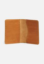 Escape Society - Leather passport holder - tan