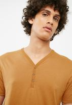 Cotton On - Essential henley tee -  gold