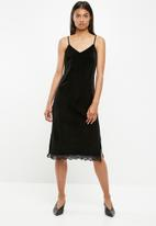 Superbalist - Midi slip dress with lace hem - black