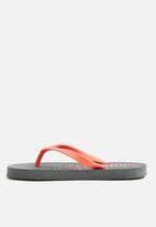 Cotton On - Printed flip flops - charcoal & peach
