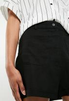 Superbalist - Short with laid on pocket - black