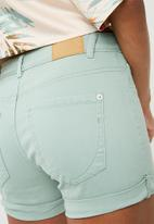 Jacqueline de Yong - Five summer denim shorts - green
