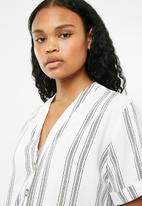 New Look - Peggy button detail boxy blouse - white
