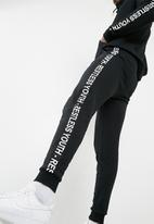Superbalist - Tape print sweatpant - black