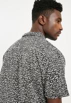 Cotton On - 91 Shirt - black & white