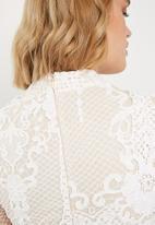 Missguided - Lace flippy hem flare sleeve bodycon - white