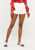 Missguided - High waisted extreme fray hem denim short - white