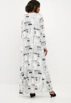 Missguided - Newspaper print longline slinky duster - white