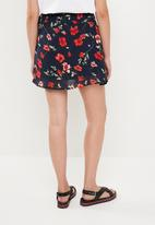 Missguided - Floral chiffon tie side frill mini skirt - navy & red