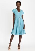 AMANDA LAIRD CHERRY - Mia Satin-like Belted Dress Blue