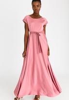 AMANDA LAIRD CHERRY - Katya Satin-like Belted Maxi Dress Mid Pink