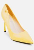 Miss Black - Cannor Court Heels Yellow