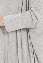 Me-a-mama - Drapey top Grey (mid grey)