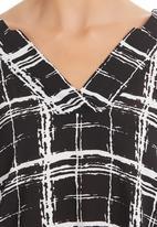 Nucleus - Art Deco V-neck Blouse Black/White Black and White