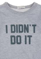 "Sticky Fudge - T-shirt with ""I didn't do it"" print Grey"