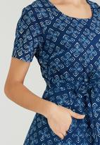 AMANDA LAIRD CHERRY - Floral Rosanno Shift Dress Mid Blue