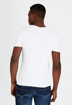 GUESS - S/S BSC Cascading Guess Long Crew Tee White