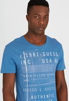 GUESS - S/S BSC World Class Logo Tee Mid Blue