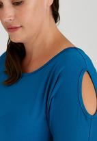 STYLE REPUBLIC PLUS - Cold Shoulder T-shirt with 3/4 Sleeve Mid Blue