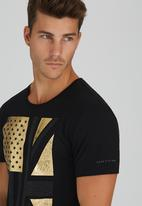 GUESS - S/S BSC Studded Flag Crew Tee Black